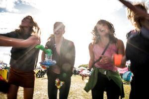 Små spontane fester opstår over hele campingområdet i opvarmningsdagene. En gruppe piger giver den gas til nabo-campens anlæg. Roskilde Festival, søndag den 25. juni 2017.. (Foto: Ida Marie Odgaard/Scanpix 2017)