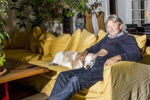 Jan Fog i sit hjem i Klampenborg med sin hund Hannibal.
