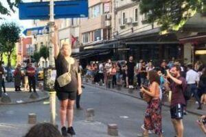 Annemette Vedel Augustesen der står midt i priden og viser peace tegn.