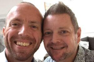 Michael Sauerberg (tv.) og Ole Santos (th.) blev gift i 2012. Tirsdag den 18. juli 2017 døde Michael Sauerberg i en alder af 45 år pludseligt under en ferie i Thailand.