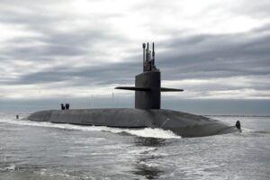 """Verdens største atomubåd - den 172 meter lange russiske ubåd """"Dmitrij Donskoj"""" og slagkrydseren """"Pjotr Velikij"""" kan i dag ses med det blotte øje i dansk farvand. På billedet her er det den amerikanske ubåd USS Tennessee. Arkivfoto"""