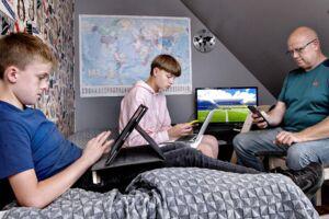 Jesper Wolff er godt træt af, at familien har så ringe netforbindelse, at det slet ikke kan lade sig gøre at streame en film. Her ses han med de to sønner Oskar på ti og 13-årige Lukas.
