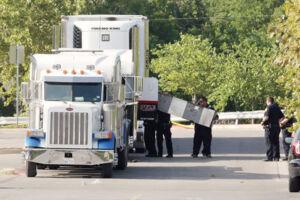 Politifolk ved den lastbil, der blev fundet på en parkeringsplads ved Walmart i San Antonio, Texas. Otte mennesker lå døde i lastrummet, og to andre døde senere på hospitalet. Reuters/Ray Whitehouse