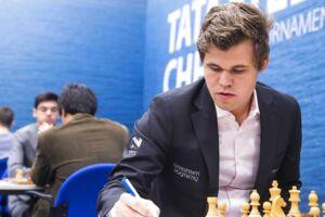 Magnus Carlsen i sit normale element - ved et skakbræt. Søndag viste han sig første gang sammen med kæresten.