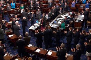 Stående klapsalver fra Senatet til John McCain.