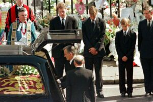 Charles Spencer, Prins William, Prins Harry og Prins Charles så sørgmodigt på, mens Prinsesse Dianas kiste blev placeret i rustvognen efter begravelsesceremonien i Westminster Abbey d. 6 september 1997. Foto: REUTERS/Kieran Doherty/File Photo