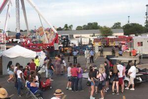 Et billede taget i det omrejsende tivoli i Colombus i delstaten Ohio efter ulykken. Forlystelsen 'Fireball' set til venstre i billedet.