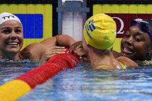 Pernille Blume (tv) vandt fredag bronze på 100 m fri ved VM. Til højre ses guldvinderen, Simone Manuel fra USA, og sølvvinderen, Sarah Sjöström fra Sverige (gul badehætte).