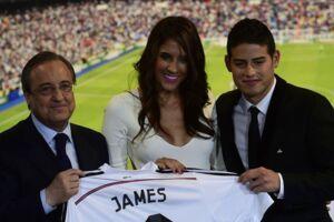 James Rodriguez ses her sammen med sin nu forhenværende hustru, Daniela Ospina, da han blev præsenteret som Real Madrid-spiller i 2014. Til venstre ses klubbens præsident, Florentino Perez.