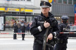 Seks personer blev såret og en dræbt, da en mand fredag stak dem ned i Hamburg.