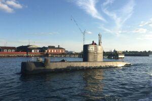 Opfinder Peter Madsen er varetægtsfængslet for uagtsomt manddrab på den svenske journalist Kim Wall, som sidst er set torsdag aften ombord på hans hjemmebyggede ubåd 'Nautilus'.