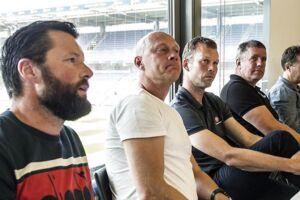 Christian Lønstrup, FC Helsingør-træner, ses her i forgrunden i selskab med træner-kollegaerne Peter Sørensen, Morten Wieghorst, Kent Nielsen og Kasper Hjulmand. Racismesagen mod ham er nu droppet.