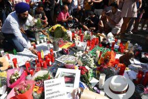 Dagen efter angrebet på Ramblaen i det centrale Barcelona strømmer folk til med blomster og lys, men hverdagen er hurtigt vendt tilbage i byen, og det er positivt, mener danske eksperter.