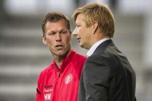 AaB-træner Morten Wieghorst (tv.) har fået en ny angriber til holdet af sportsdirektør Allan Gaarde