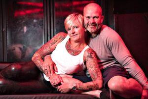 Vibeke og Allan Zeuthen er gift og driver til dagligt to swingerklubber. Selv har de ikke sex med andre end hinanden.