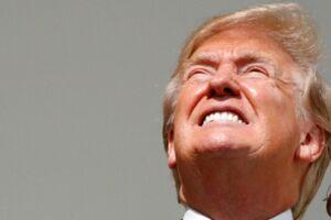 Et kort øjeblik kiggede præsident Donald Trump op mod solen uden sine beskyttelsesbriller, og det er ikke gået ubemærket hen på de sociale medier.