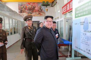 Nordkoreas øverste leder, Kim Jong-un, besøger et militært forskningsinstitut. Billedet er offentliggjort af det statslige nyhedsbureau KCNA onsdag. Scanpix/Str