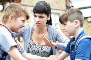 Det er kun, hvis et barn er til fare for sig selv eller andre, at en lærer må anvende magt.