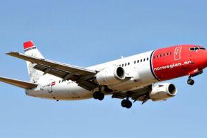 Et Norwegian fly på vej til landing i Københavns Lufthavn i Kastrup.