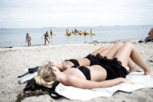 Man skal være forberedt på lidt regn, hvis man tager til stranden de kommende dage, lyder det fra DMI.