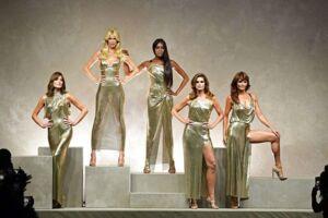 Carla Bruni, Claudia Schiffer, Naomi Campbell, Cindy Crawford and Helena Christensen på scenen i Milano.