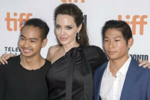 Angelina Jolie poses med sine sønner Maddox (V) og Pax.