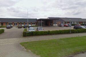 Den 15-årige skulle have været afleveret på Skjernåskolen, men blev glemt i bussen, da chaufføren blev syg. Foto: Google Streetview