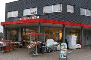 En 55-årig købmand blev livsfarligt kvæstet, da han lørdag eftermiddag blev stukket ned med kniv i sin butik i Suldrup, syd for Aalborg. Politiet har anholdt den formodede gerningsmand.