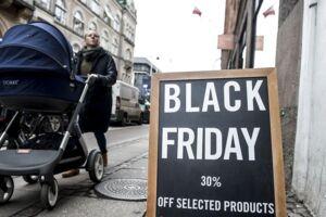 Strøget i København, torsdag den 23. november 2017. Strøget er gjort klar til Black Friday i morgen, fredag den 24. november 2017.. (Foto: Mads Claus Rasmussen/Scanpix 2017)
