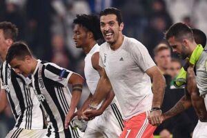 Juventus' målmand Gianluigi Buffon målmand har varslet, at han kunne stoppe karrieren til sommer, og klubben har nu sat jagten ind efter afløseren.