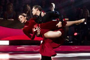 Iben Hjejle og Morten Kjeldgaard har hele programmet igennem været tætte konkurrenter til Sofie Lassen-Kahlke og Michael Olsen, der vandt finalen i Vild med Dans i Forum Horsens i aftes. Alligevel glædede det Iben Hjejle så meget, at det andet par vandt.