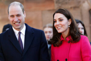 Sådan så prins Williams hår ud i tirsdag. Torsdag viste prinsen sin nye frisure, hvilket har chokeret mange royale fans.