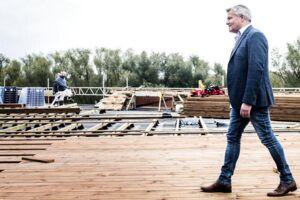 Indehaver af Øens Murerfirma Jan Elving er ikke vendt tilbage på BT's spørgsmål om de ulovlige kontrakter.