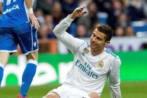 Critiano Ronaldo scorede to mål - men han fik også en hovedskade under Real Madrids sejr på 7-1 over Deportivo La Coruña.