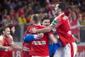 Glade danske spillere jubler over sejren mod Tyskland søndag. Danmark bør også gå efter to point mod Makedonien onsdag, slår BTs håndboldkommentator, Søren Paaske, fast.