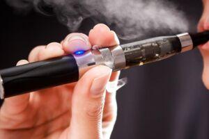 E-cigaretter fører sandsynligvis til, at unge begynder at ryge almindelige cigaretter. Arkivfoto
