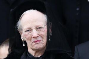 Dronning Margrethe ses her udenfor kirken efter ceremonien.