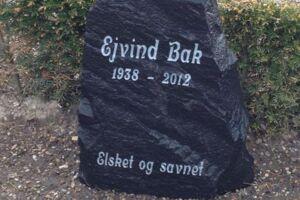 Her er et billede af gravstenen, der er blevet stjålet fra Vesterhjermitslev Kirkegård.