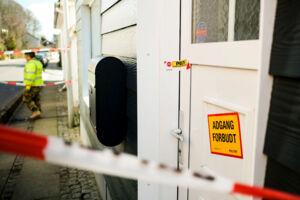 Byhuset på Frydsvej i Kolding var i går stadig plomberet og under bevogtning, da det er gerningsstedet for to drab og et selvmord.Foto: Palle Peter Skov