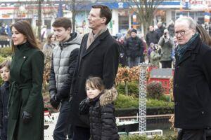 Prins Joachim og hans familie var æresgæster, da Legolad i Billund lørdag slog dørene op til den 50. sæson. De blev vist rundt af Lego-ejer Kjeld Kirk Kristiansen.
