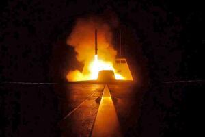 Her ses et billede frigivet af det franske forsvar. Det viser et missil fra et fransk krigsskib i Middelhavet mod Syrien natten til lørdag 14. april 2018.