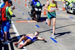 Den skotske maratonløber Callum Hawkins kollapsede to kilometer før målstregen og vil i første omgang ikke modtage lægehjælp af frygt for at blive diskvalificeret.
