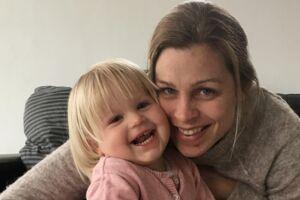Mette Balle Hermansen og datteren Merle, der lider af en sjælden muskelsvinddiagnose. Moderen er frustreret over, at den medicin, der måske kan stagnere udviklingen i datterens sygdom, ikke er tilgængelig i Danmark, fordi den er for dyr. Foto: Privat.