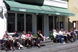 Cafe Englen på Studsgade 3 er ikke tilfredse med Aarhus' nye 'spanske trappe'. (Billede fra 2001.)