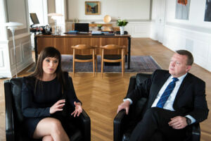 Innovationsminister og statens chefforhandler Sophie Løhde (V) er under de igangværende OK-forhandlinger under massivt pres for at levere en løsning, der kan afværge den truende storkonflikt. Sker det ikke, kan det koste Løkke-regeringen magten ved næste valg, påpeger eksperter.