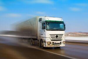 En 49-årig mand er torsdag formiddag omkommet i en arbejdsulykke i Fredericia i et fald fra en lastvognanhænger.