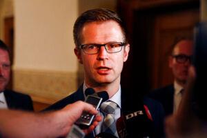 Benny Engelbrecht, tidligere skatteminister, er lamslået over, at Skat har ansat en ny direktør for hele selskabsskatteområdet, som har insisteret på, at han skal have sin arbejdsplads i København, mens hans 725-775 medarbejdere tvangsflyttes til Aarhus i forbindelse med regeringens udflytning af statslige arbejdfspladser.
