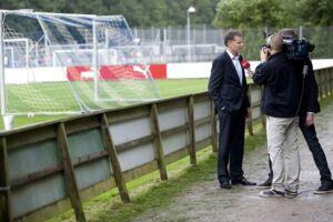 Her er det OB's bestyrelsesformand, Niels Thorborg, der bliver interviewet på det nedslidte anlæg i Ådalen.