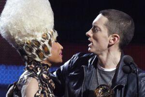 Nicki Minaj og Eminem har kendt hinanden i mange år. Her overrækker hun ham en Grammy i 2011. (Scanpix)