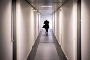 Det var på denne kontorgang i Rødovre Centrum, at adskillige kvinder i alderen 15-56 år har følt sig seksuelt krænkede under alternative behandlinger i den 42-årige hypnotisørs nu lukkede klinik.